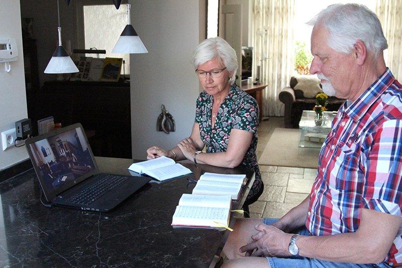 Kerkdienst kijken op Laptop